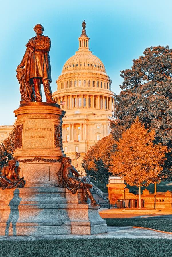 Washington, EE.UU., United States Capitol y James A Monumento a Garfield fotos de archivo libres de regalías