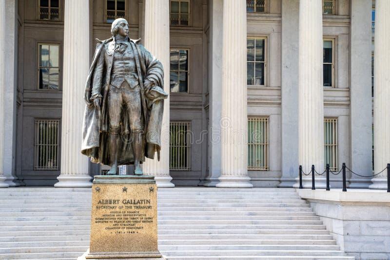 Washington, gelijkstroom - 4 Augustus, 2019: Buitenkant van het Ministerie van Verenigde Staten van Schatkist, met standbeeld van royalty-vrije stock foto