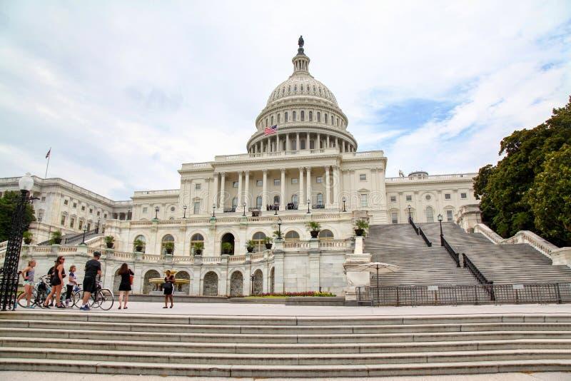 Washington, 14,2018 gelijkstroom-Juni: De mensen nemen foto voor de het Congresbouw van Verenigde Staten bij de V.S. stock foto's