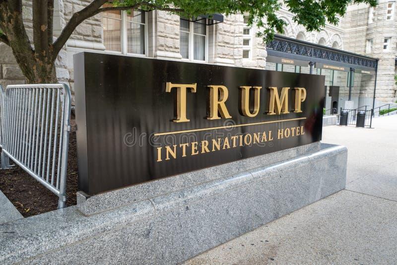 Washington, gelijkstroom - 9 Mei, 2019: Buitenteken en embleemmening van Troef Internationaal Hotel, vroeger het Oude Postkantoor stock afbeelding