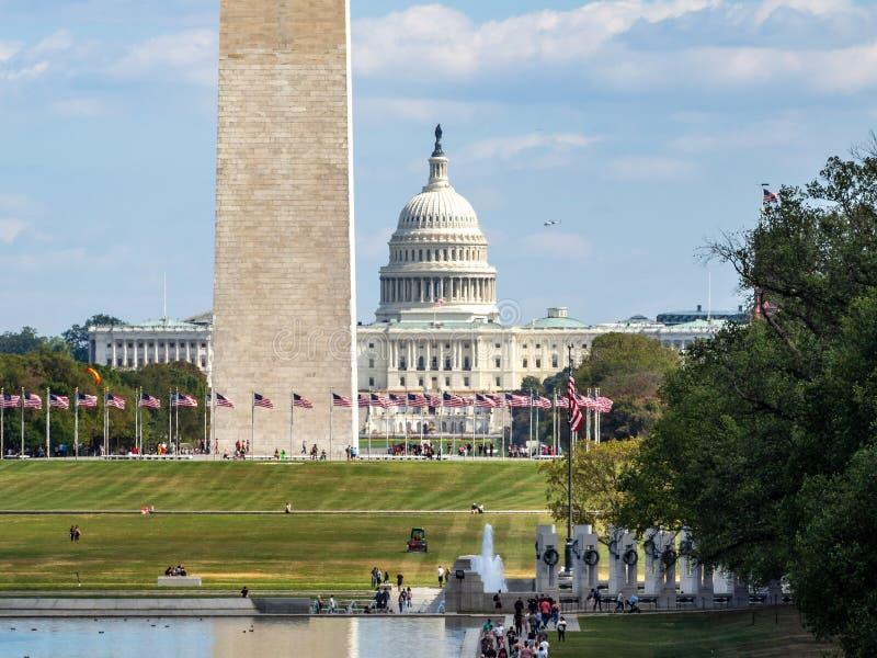 Washington, länet Columbia, Förenta staterna - monumentpark i Washington, nationella galleriet i Obelisk, amerikanska flaggor och royaltyfri bild