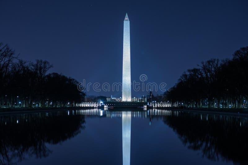 Washington Monument Against Blue Night-Hemel royalty-vrije stock afbeelding