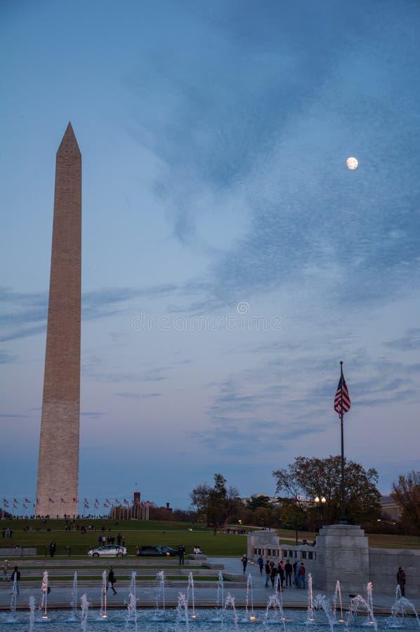 Washington Monument atrás das fontes da segunda guerra mundial Mem fotografia de stock royalty free