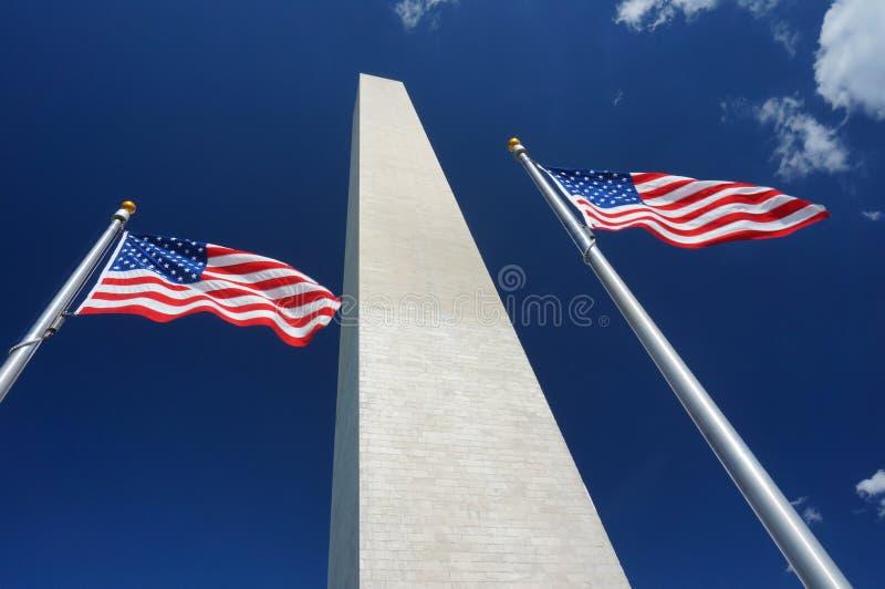 Washington Monument, bandiere e nuvole fotografie stock libere da diritti