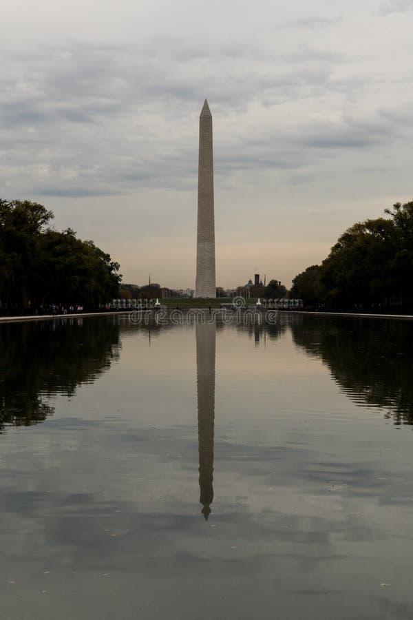 Washington Monument bij Schemering op een Bewolkte Dag stock foto's