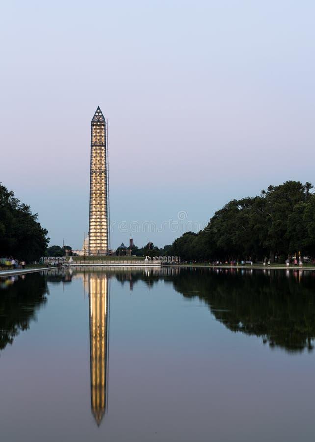 Washington Monument che riflette alla notte fotografie stock