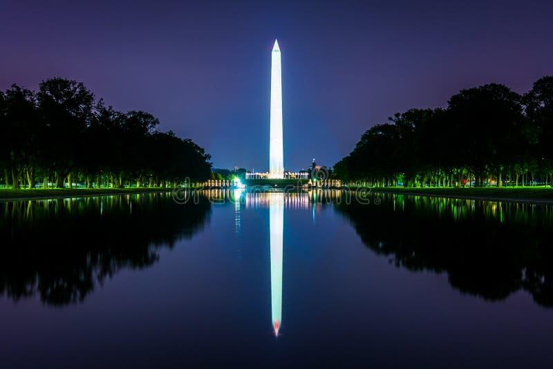 Washington Monument che riflette nello stagno di riflessione al nig fotografie stock