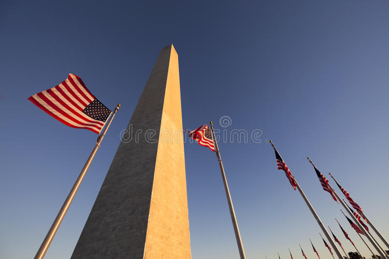 Washington Monument e bandiera degli Stati Uniti fotografia stock libera da diritti