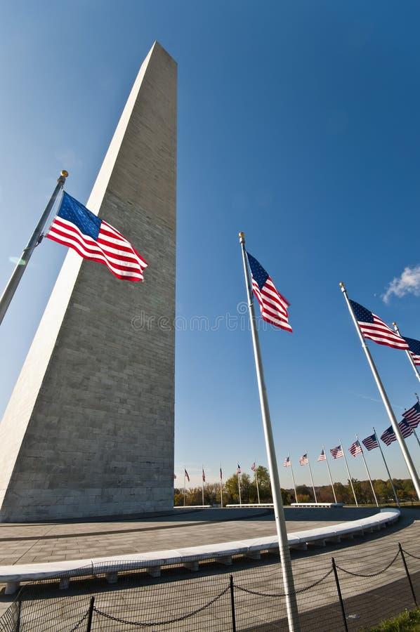 Washington Monument e cerchio delle bandiere fotografie stock