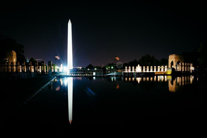 Washington Monument e o memorial da segunda guerra mundial que reflete dentro fotos de stock