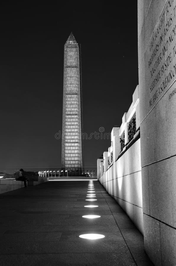 Washington Monument, en Wereldoorlog IIgedenkteken stock fotografie