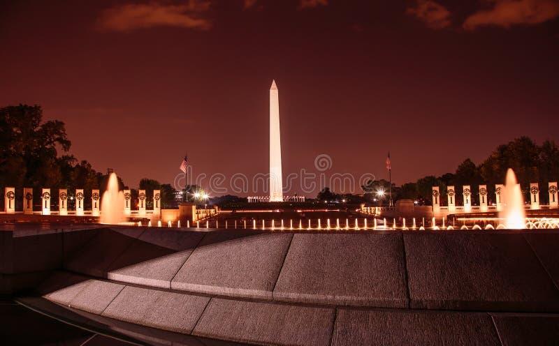 Washington Monument en Wereldoorlog IIgedenkteken bij nacht royalty-vrije stock afbeelding