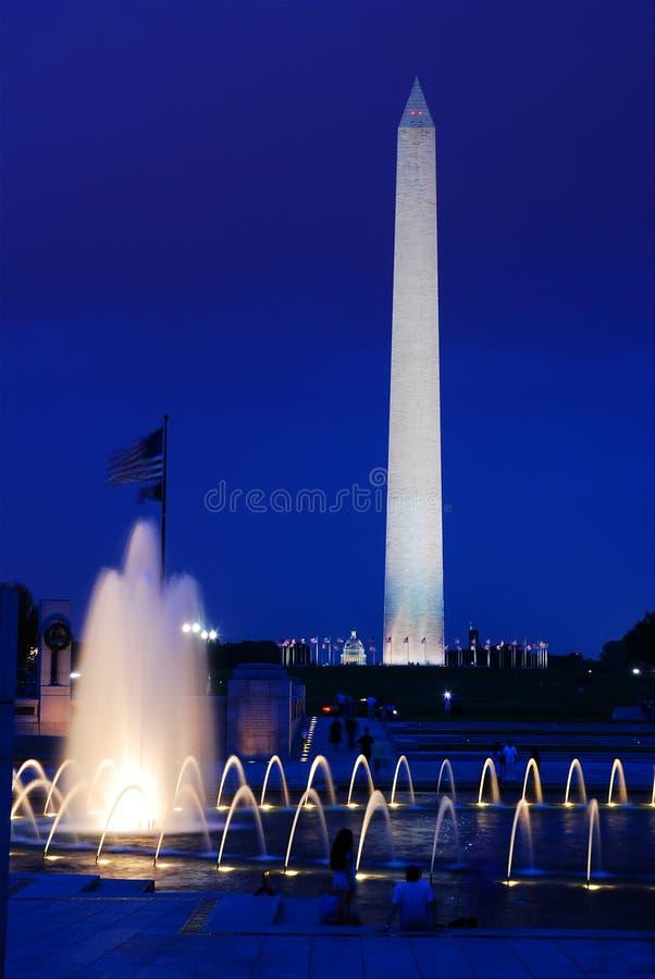 Washington Monument från minnesmärken för världskrig II royaltyfria foton