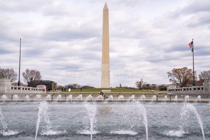 Washington Monument från minnesmärken för världskrig II royaltyfria bilder