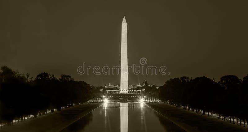 Washington Monument i DC på natten, i sepia royaltyfri bild
