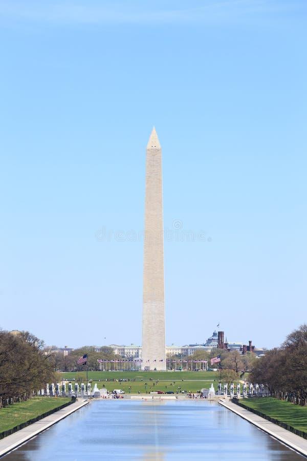Washington Monument met de golvende vlaggen van Verenigde Staten op vlaggestokken royalty-vrije stock foto