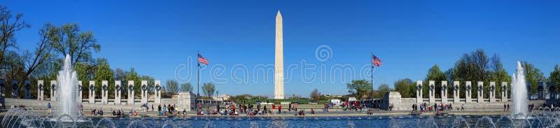 Washington Monument och världskrigminnesmärke i DC royaltyfria bilder