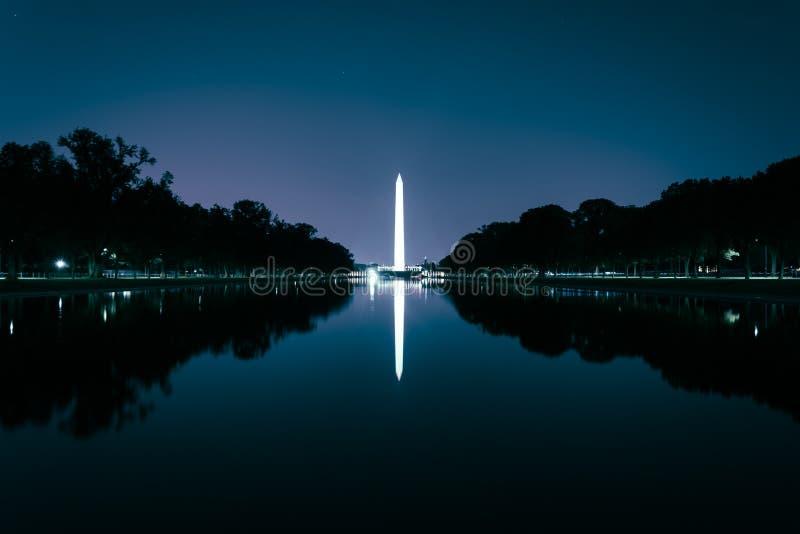Washington Monument que refleja en la piscina de la reflexión en el nig foto de archivo libre de regalías