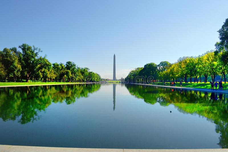 Washington Monument Reflecting dans une piscine photos libres de droits