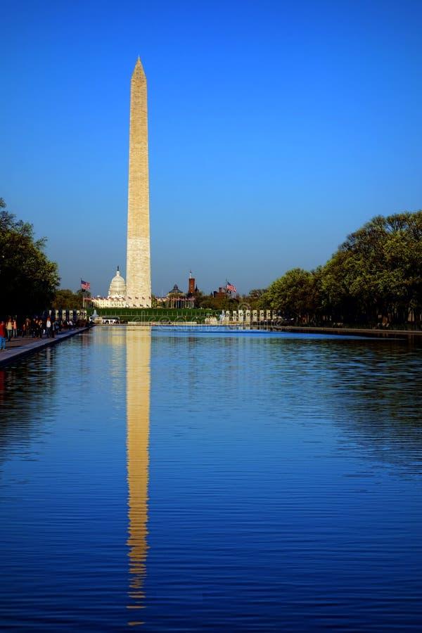 Washington Monument su Lincoln Reflecting Pool fotografie stock