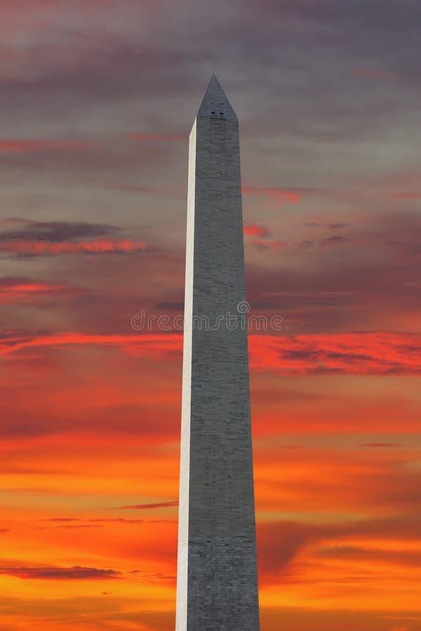 Washington Monument sur le ciel rouge photographie stock