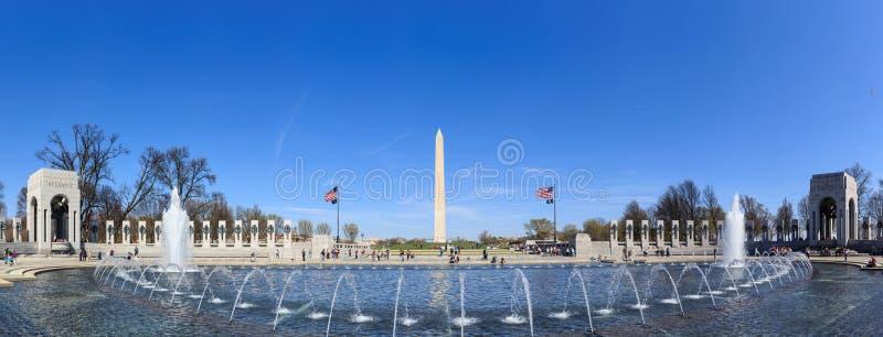 Washington Monument y el monumento de WWII fotos de archivo libres de regalías