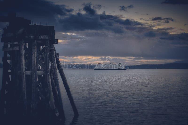 Washington State Ferries y las monta?as ol?mpicas imagen de archivo libre de regalías