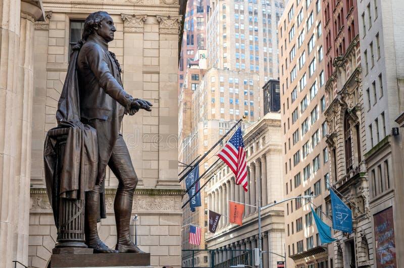 Washington Statue på framdelen av fasaden av den federala Hallen, vägggata, Manhattan, New York City royaltyfria bilder