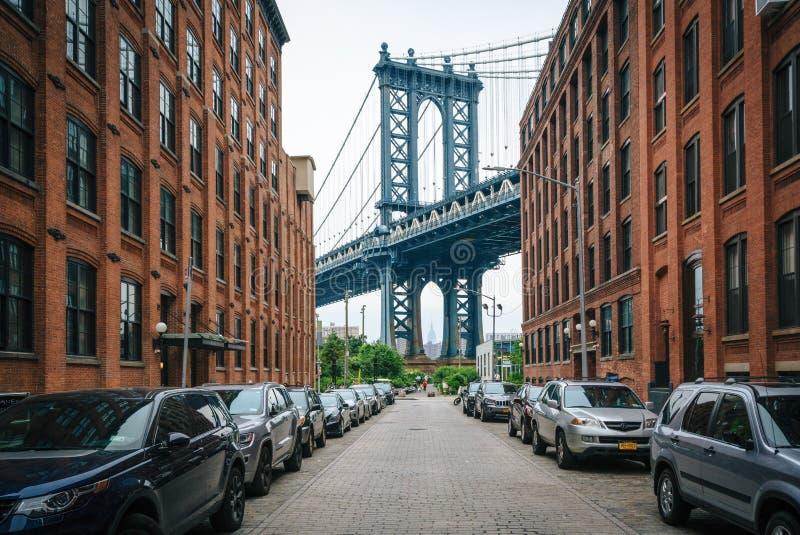 Washington Street e a ponte de Manhattan, em DUMBO, Brooklyn, New York City imagem de stock