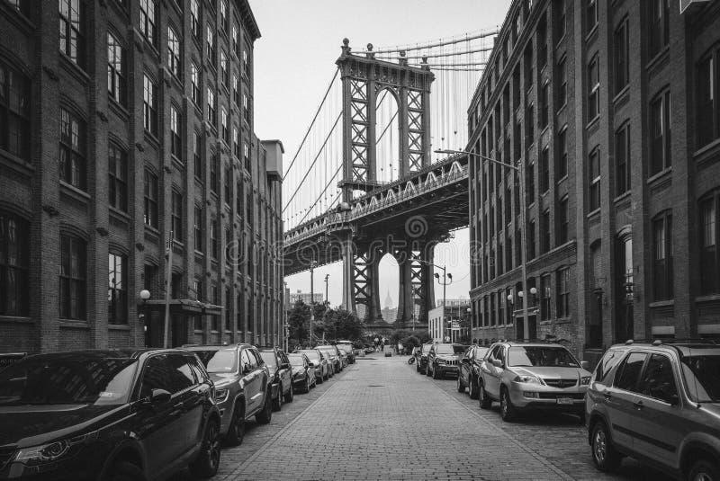 Washington Street e a ponte de Manhattan, em DUMBO, Brooklyn, New York City fotos de stock