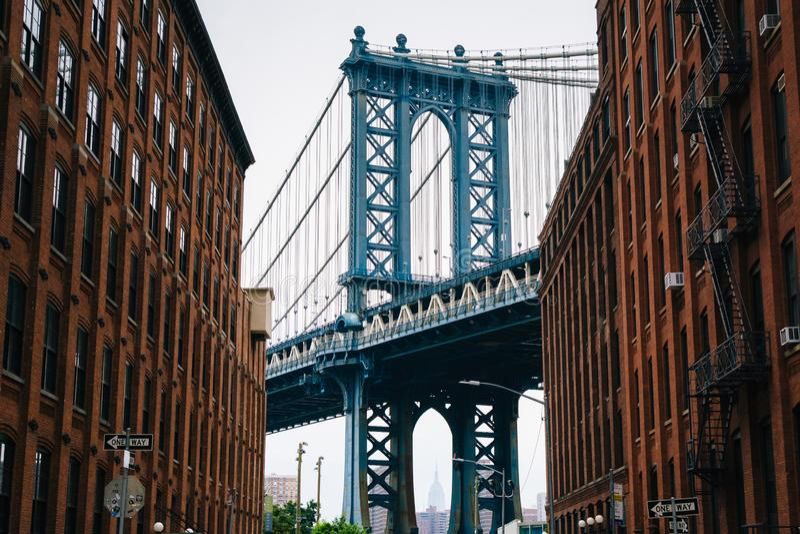 Washington Street e a ponte de Manhattan, em DUMBO, Brooklyn, New York City imagens de stock royalty free