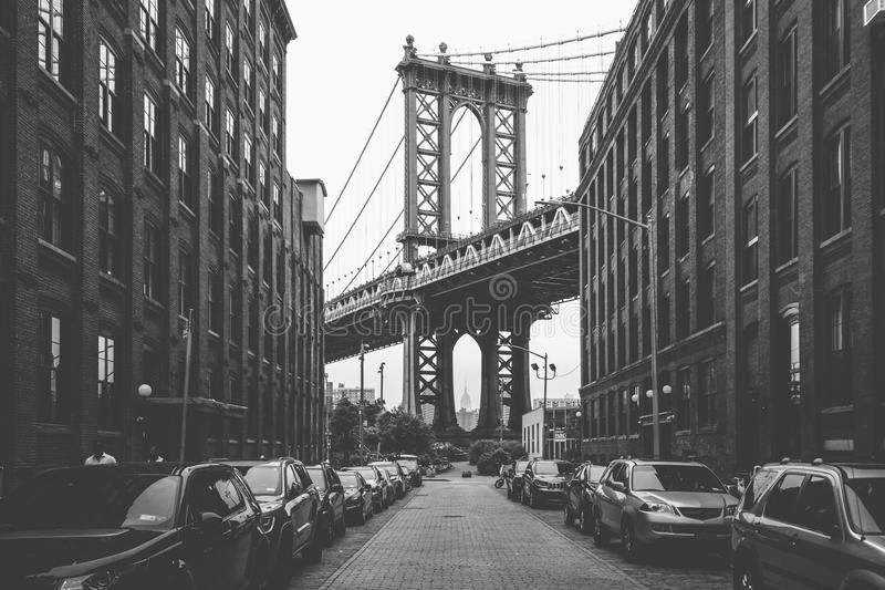 Washington Street e a ponte de Manhattan, em DUMBO, Brooklyn, New York City imagens de stock