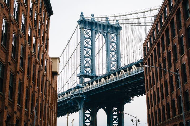 Washington Street y el puente de Manhattan, en DUMBO, Brooklyn, New York City imagen de archivo libre de regalías