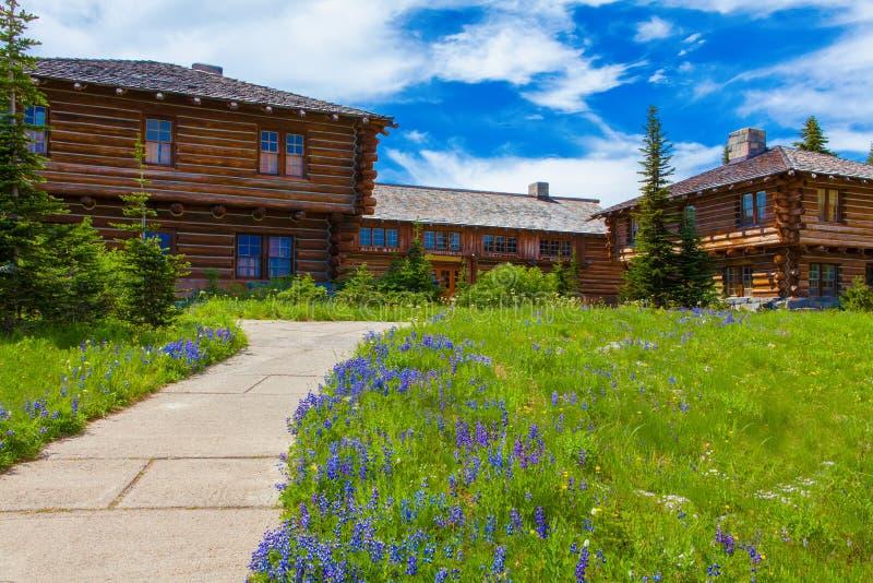 Washington USA, Juli 29, 2012 soluppgångbesökaremitt Härligt trähus på ängen Mt Trees och gräs royaltyfria foton