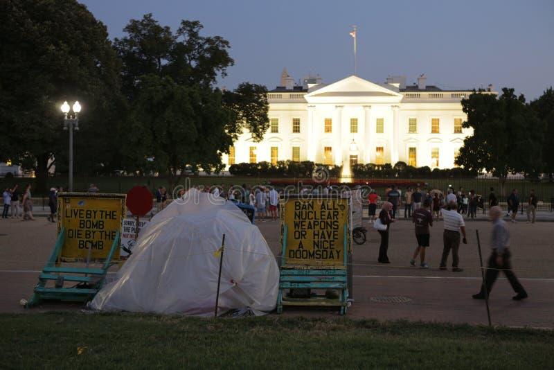 Washington USA, September 2016 protest mot kärnvapnet nära Vita Huset på natten - Washington DC som förenas fotografering för bildbyråer