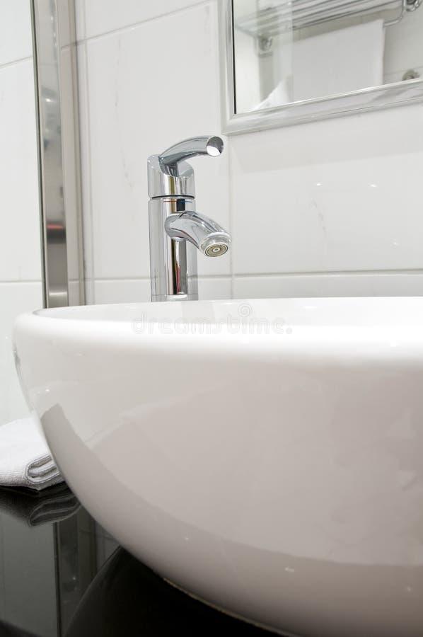 Washstand bianco con il rubinetto fotografie stock libere da diritti
