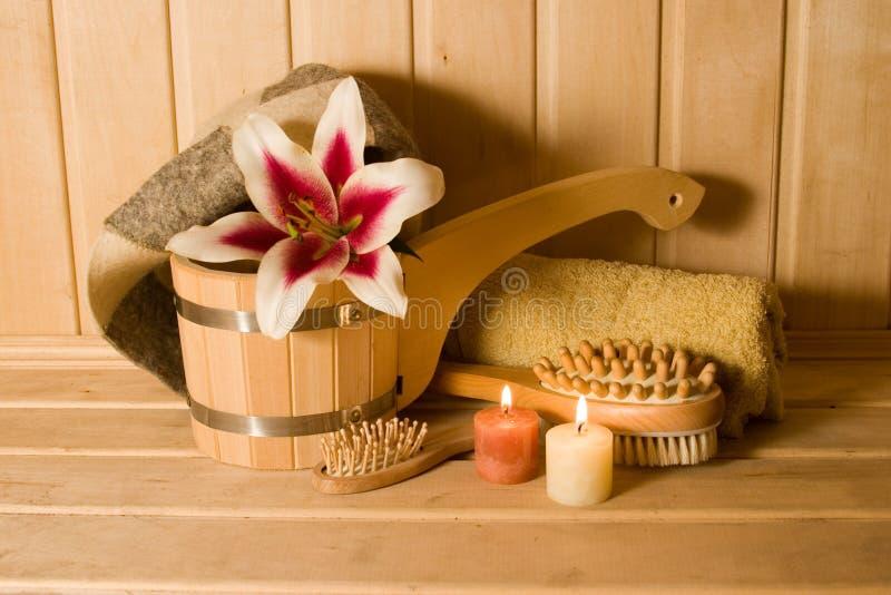 Washtub mit Kerzen und Blume lizenzfreie stockfotos