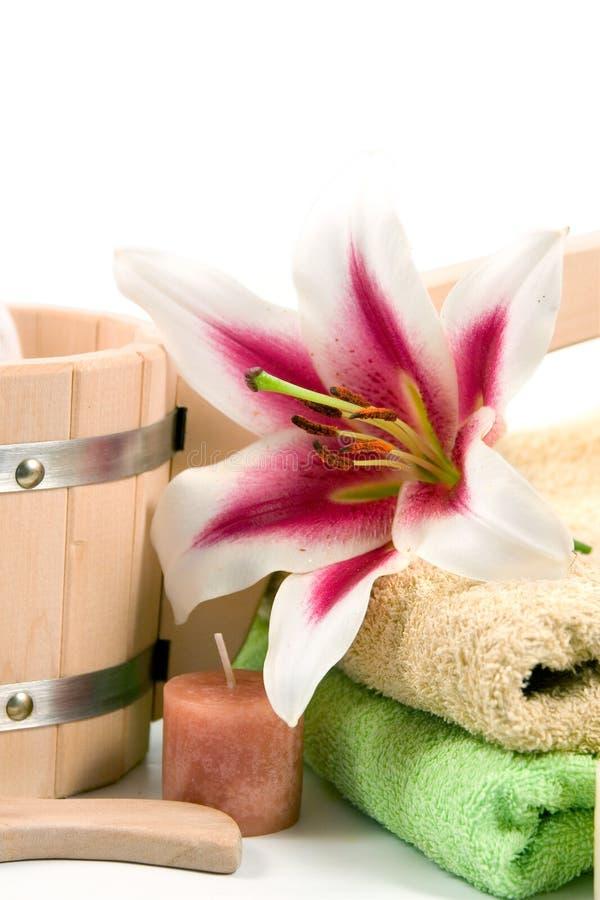 Washtub mit Kerzen und Blume stockfotos