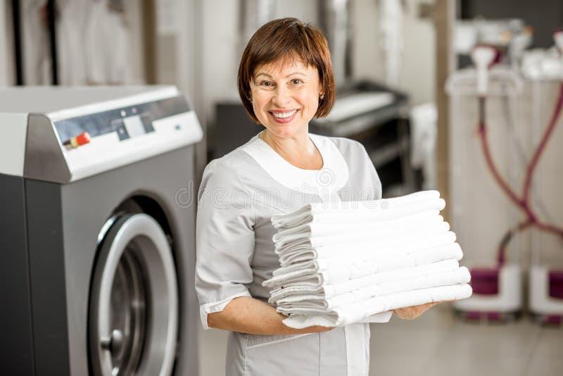 Washwoman senior nella lavanderia fotografia stock libera da diritti