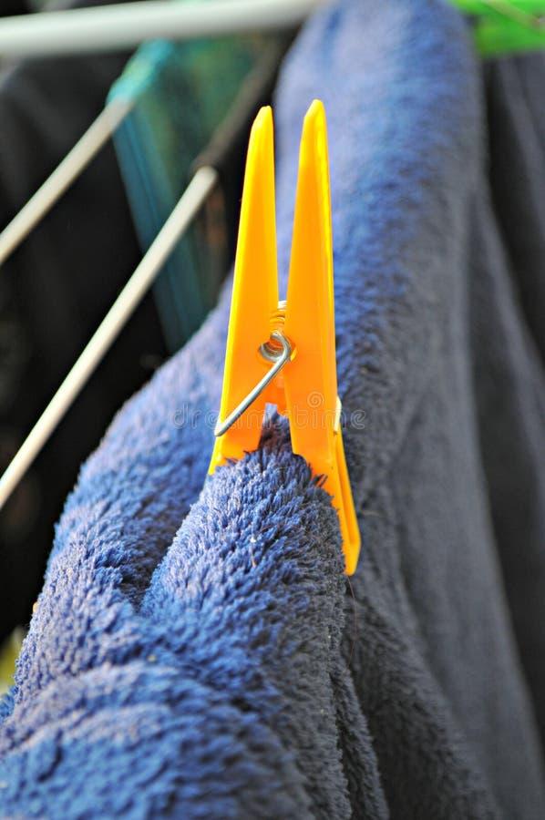 Wasknijper op handdoek stock foto's