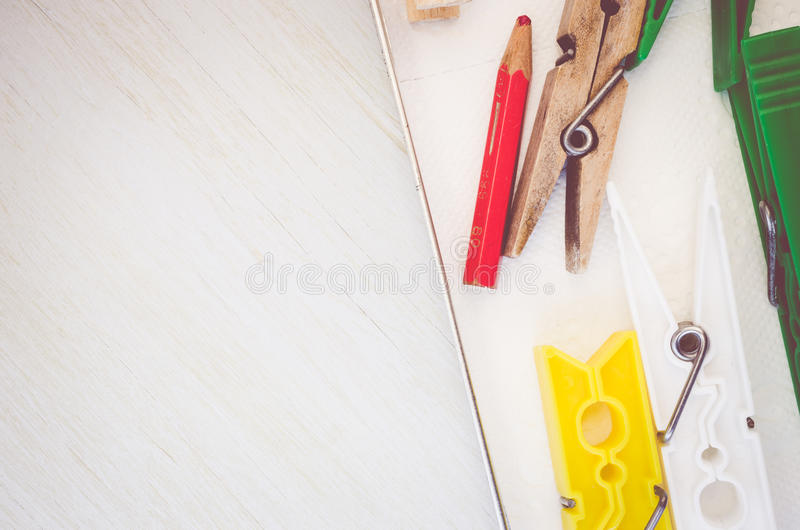Download Wasknijpers En Rood Potlood Op Helder Houten De Oppervlaktecl Van De Lijstbovenkant Stock Foto - Afbeelding bestaande uit toon, gebleekt: 54082004