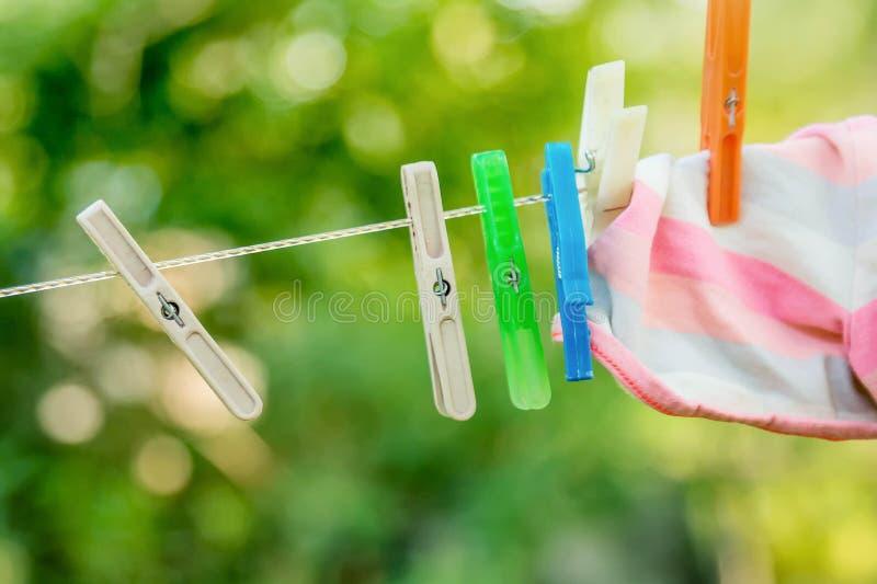 Wasknijpers op de waslijn stock fotografie