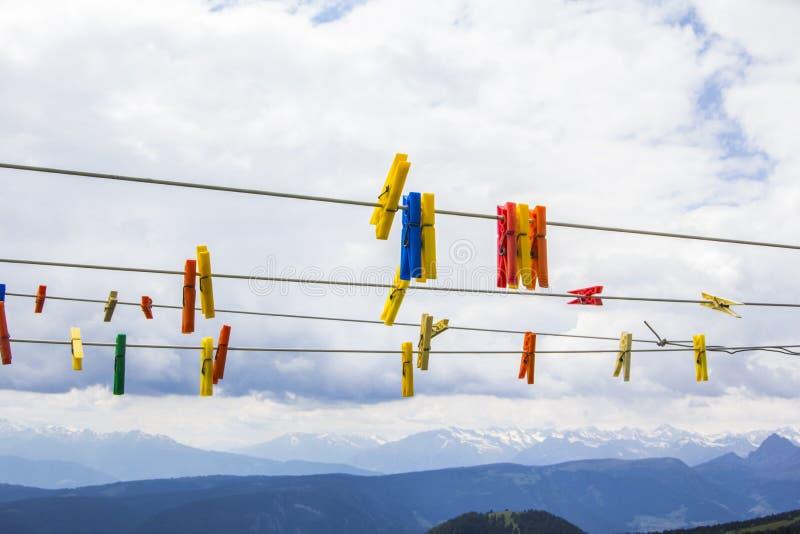 Wasknijpers op een kabel op de achtergrond van het Dolomiet stock foto