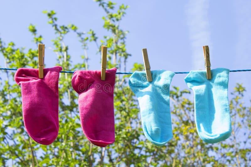 Waslijn met kleurrijke sokken stock foto's