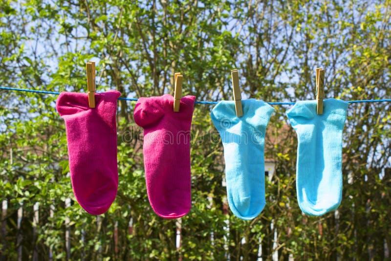 Waslijn met kleurrijke sokken stock foto