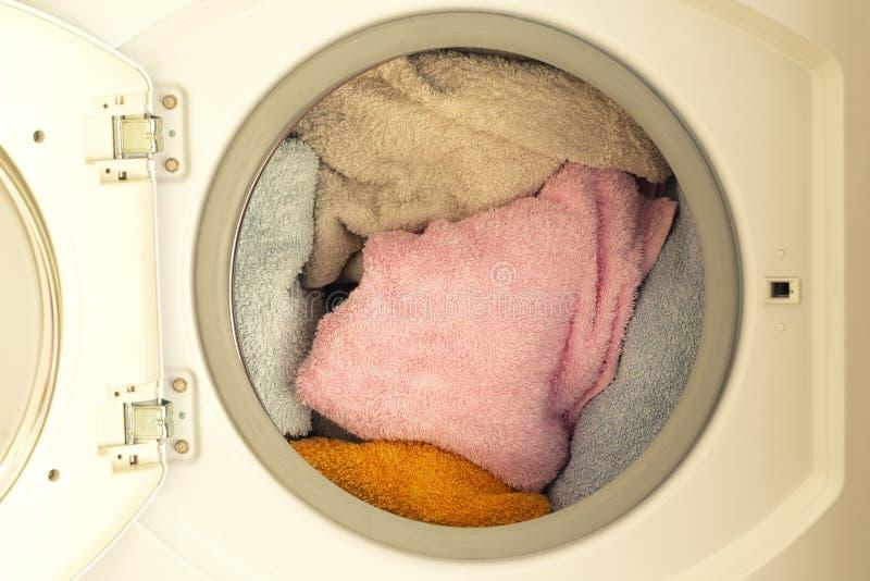 Wasmachine met de wasserijdag van de klerenclose-up royalty-vrije stock afbeelding