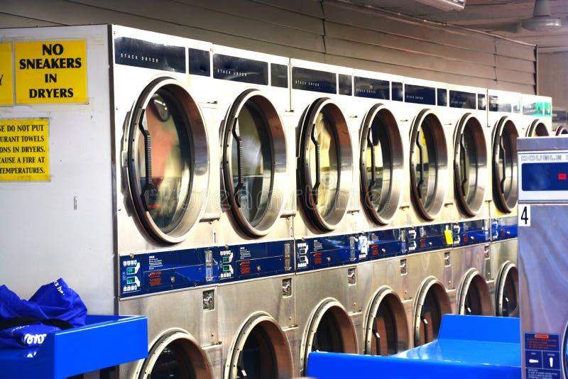 Wasmachines binnen wasserijwinkel of launderette royalty-vrije stock foto's