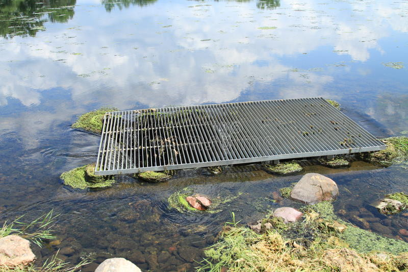 WASSER-Abflussabfluß der Seevegetation Verstopfungs lizenzfreies stockfoto