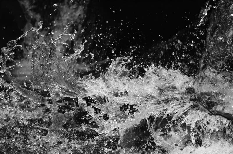 Wasser auf schwarzem Hintergrund lizenzfreies stockfoto