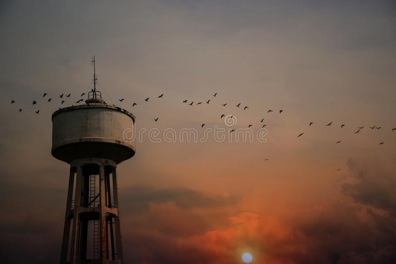 Wasser-Behälter-Turm mit Sonnenuntergang lizenzfreie stockbilder